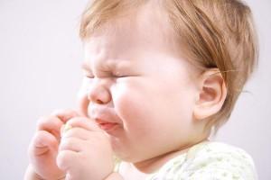 Bébé a mal aux dents : calmer les poussées dentaires